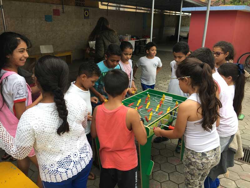Mijnbrazilie-Brazilië-Vrijwilligerswerk-in-Brazilië-Puck-Colen-Tafelvoetbal-met-de-kinderen