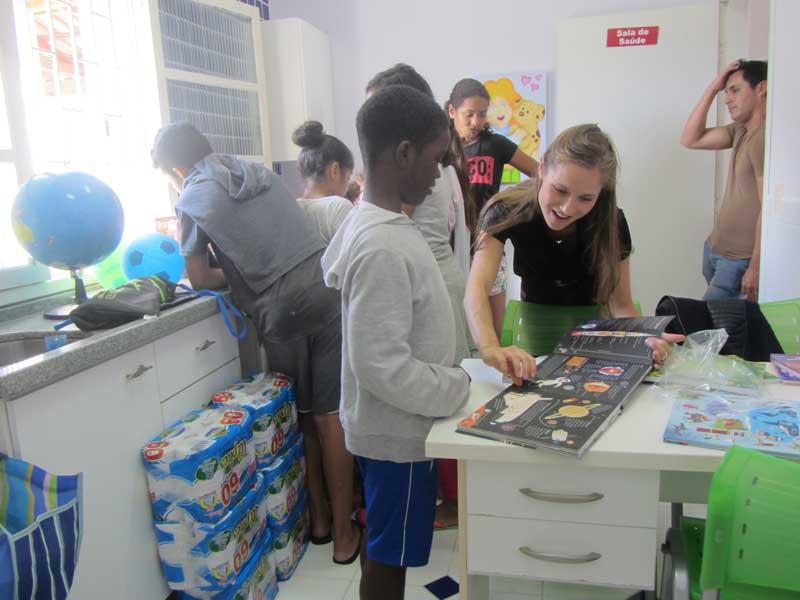 Mijnbrazilie-Brazilië-Vrijwilligerswerk-in-Brazilië-Puck-Colen-kinderen-iets-leren-over-topografie