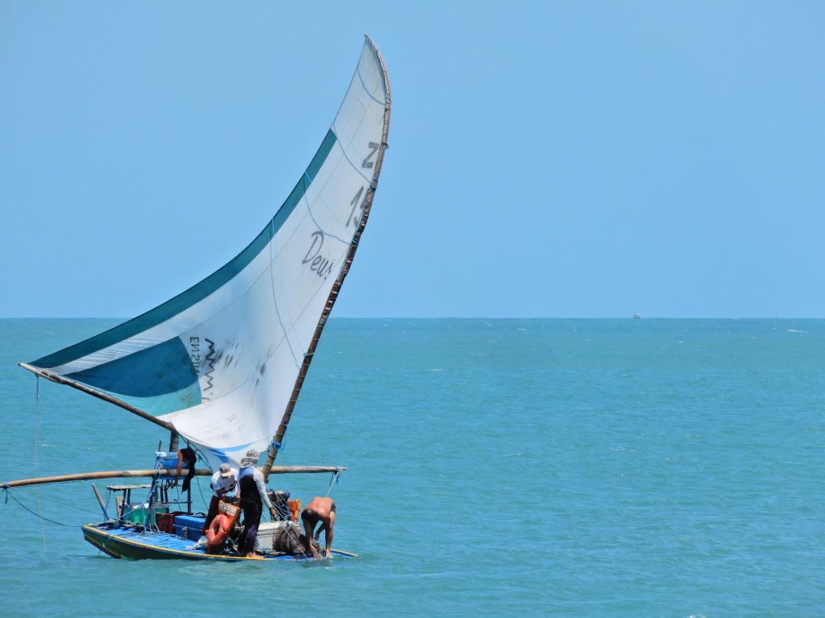 Vissersboot op het water in Brazilië