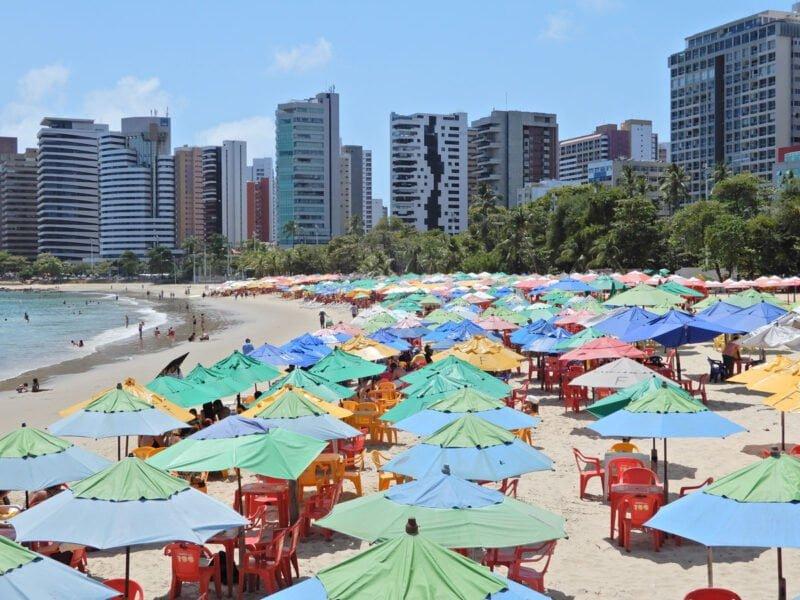 Fortaleza strand met parasols en setjes