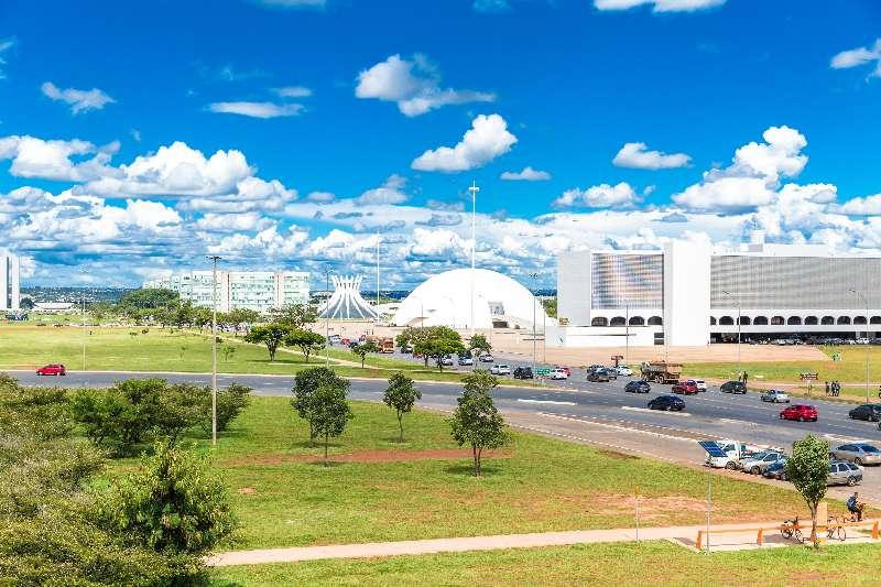 Strook-met-verschillende-futuristische-gebouwen-in-Brasilia