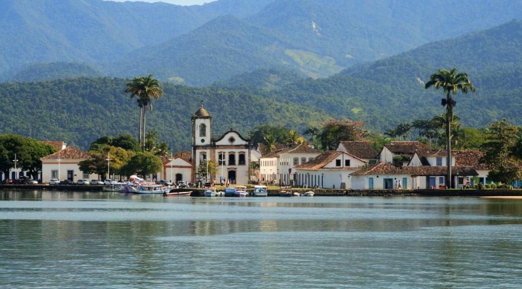 Mijnbrazilie-Brazilië-Paraty-Groene bergen en blauwe lucht op de achtergrond-Haven van Paraty