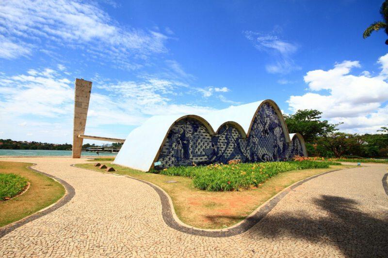 Igreja da Pampulha met op de achtergrond Lagoa da Pampulha