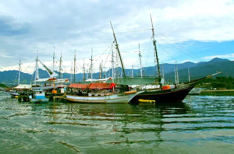Paraty-Verschillende boten liggen in het water bij elkaar