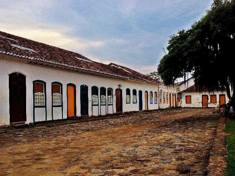 Rio de Janeiro-Paraty-Straat met stenen en oude huizen met gekleurde deuren