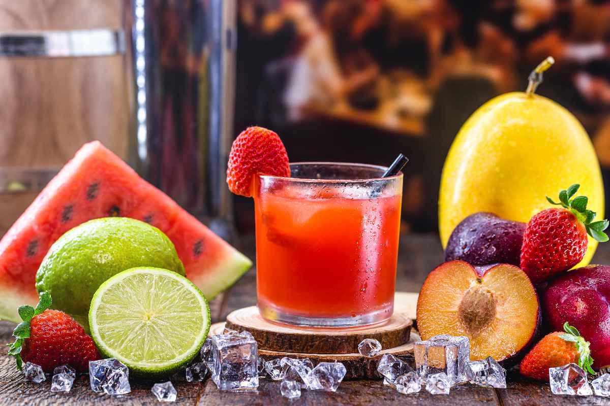 Verchillende varianten van de Braziliaanse cocktail Caipirinha