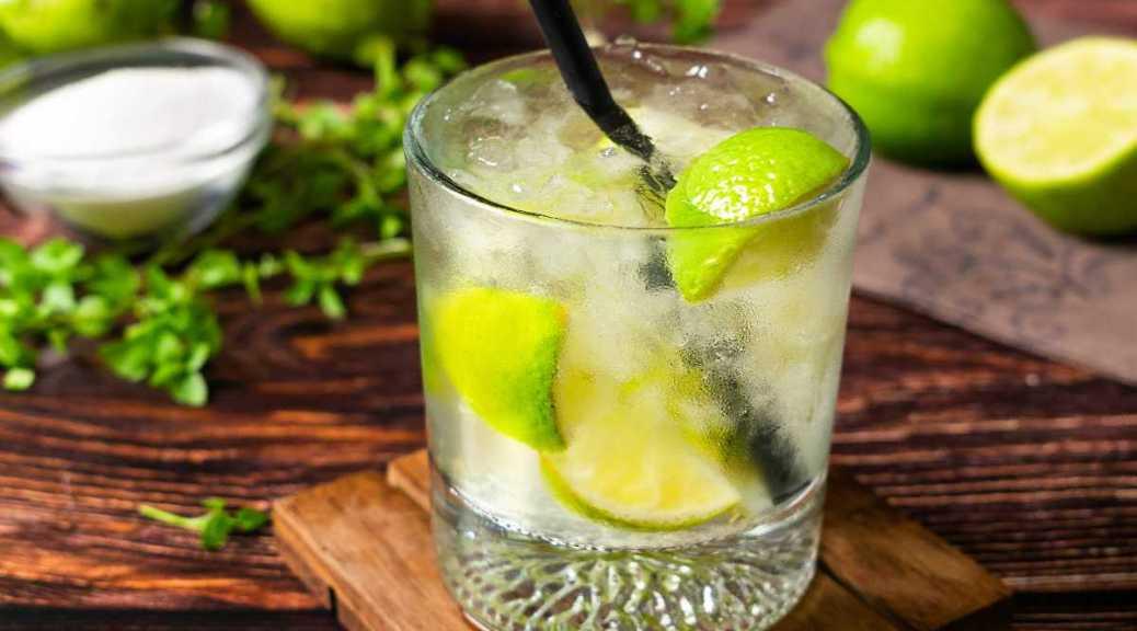 Caipiroska de Limão is een glas gepresenteerd met er om heen ingrediënten en benodigdheden