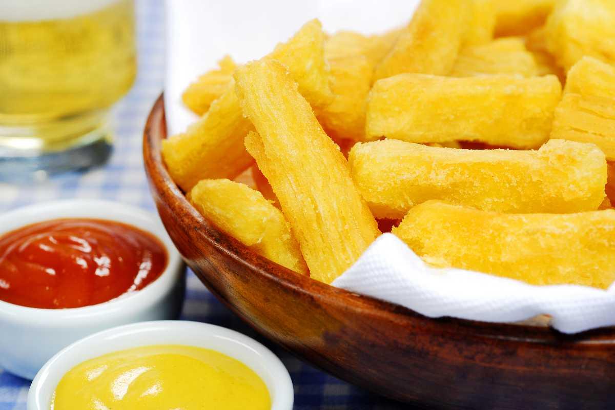 Cassave frietjes in een mandje