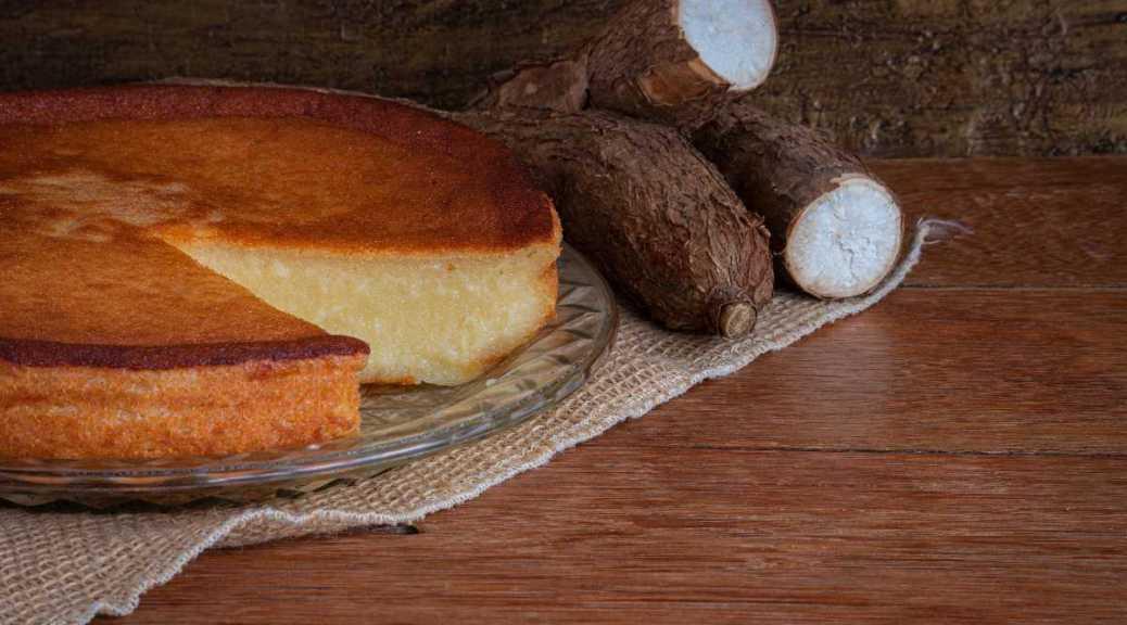 Cassave cake op een bord