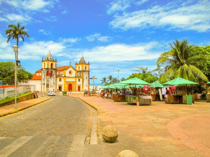 Het plein met een marktje voor de Catedral da Sé