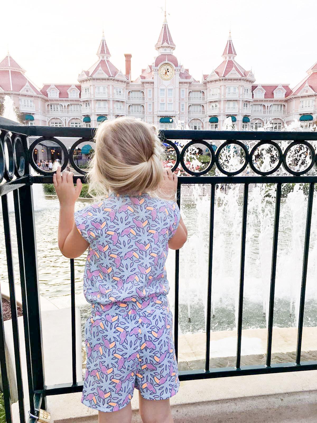 meisje voor ingang Disneyland Parijs