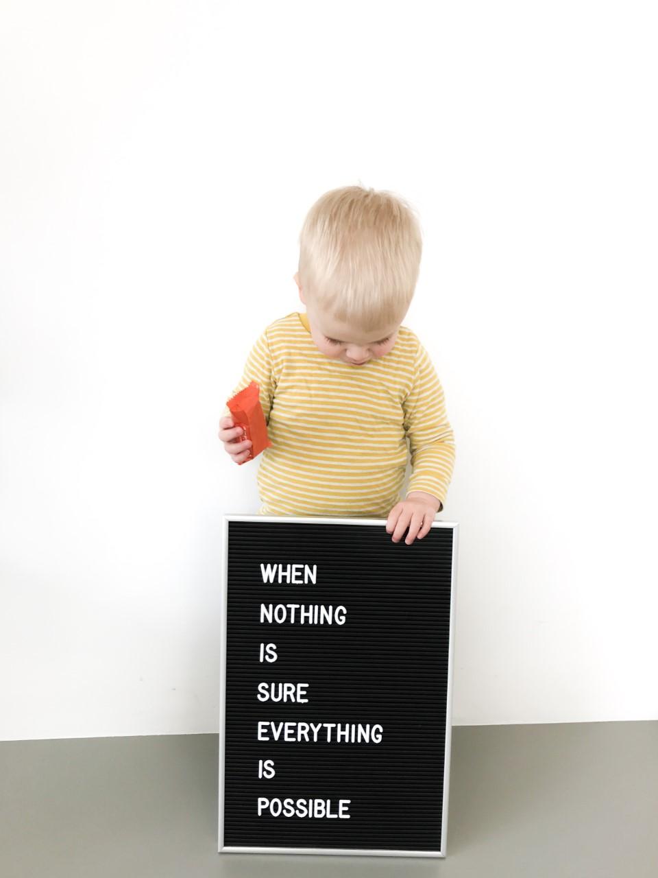 Peuter met letterboard