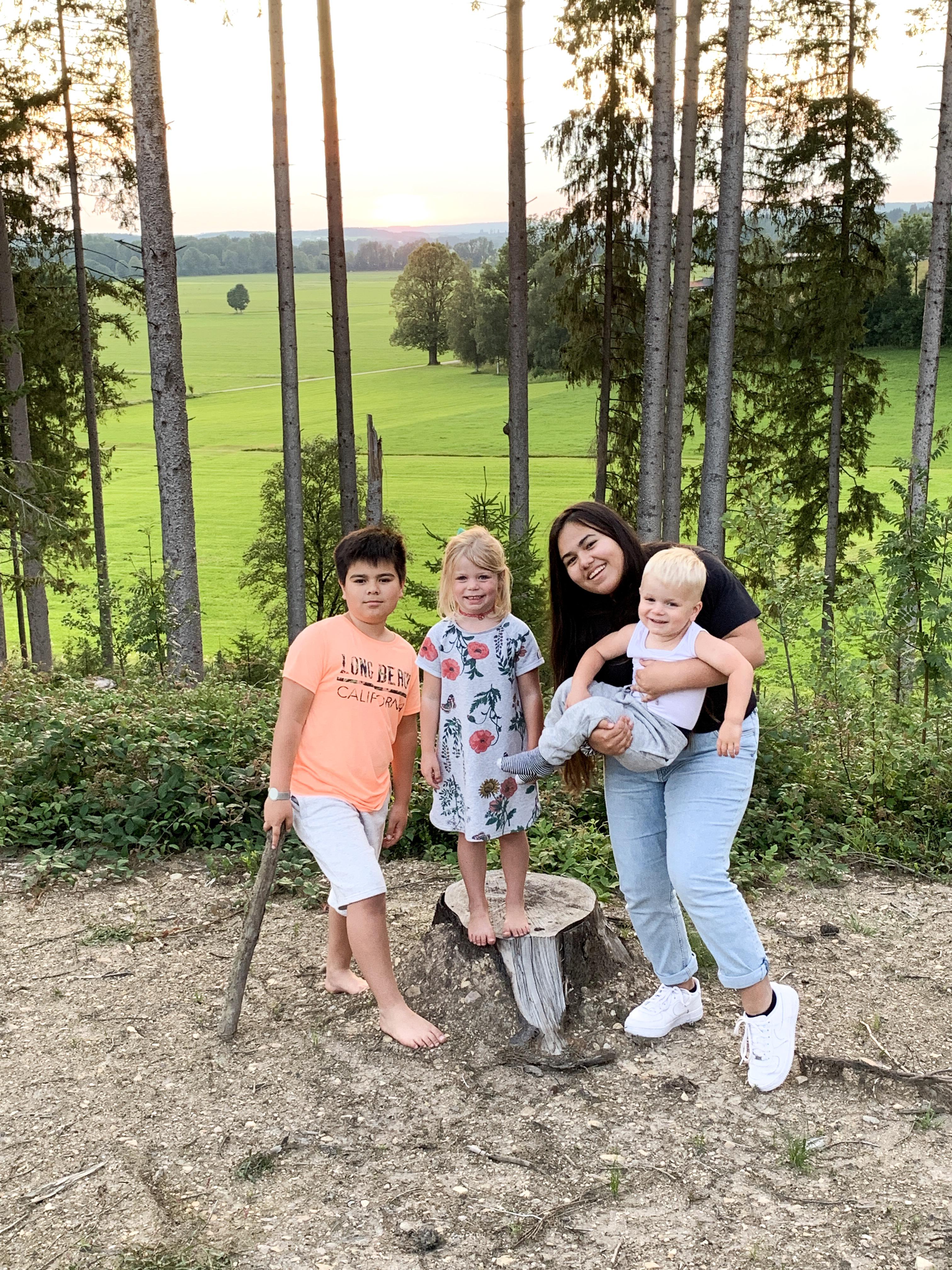 Mijn kinderen en de ondergaande zon achter onze cottage in Center Parcs Park Allgäu