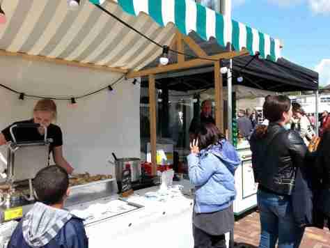 Stroopwafels en ijs bij de opening van Karel Doormanplein Amsterdam