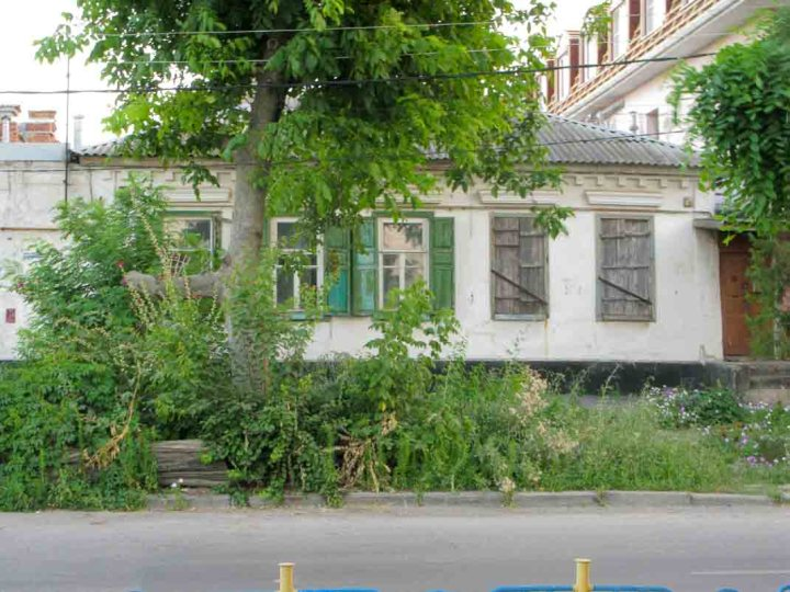 An old house in a typically leafy Taganrog street.