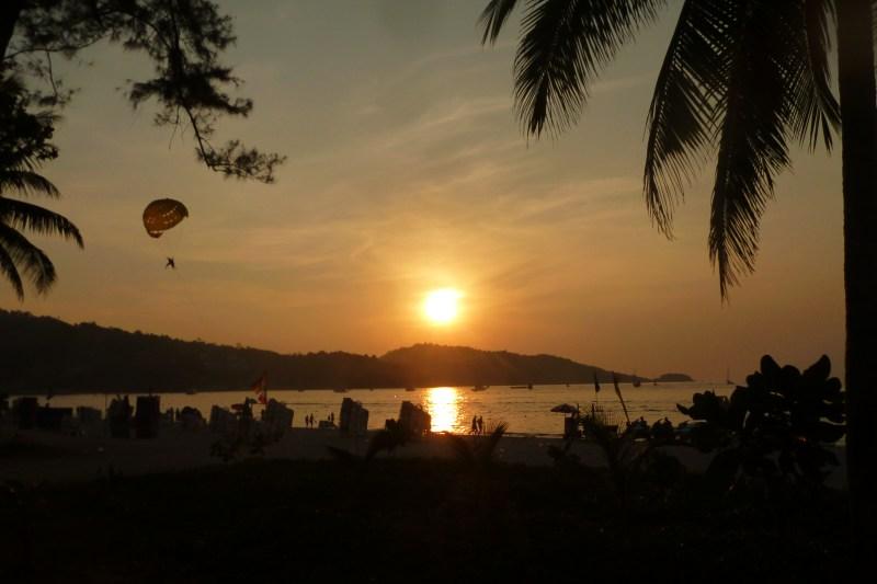 Západ slunce na turisticky hodně navštěvované pláži Patong