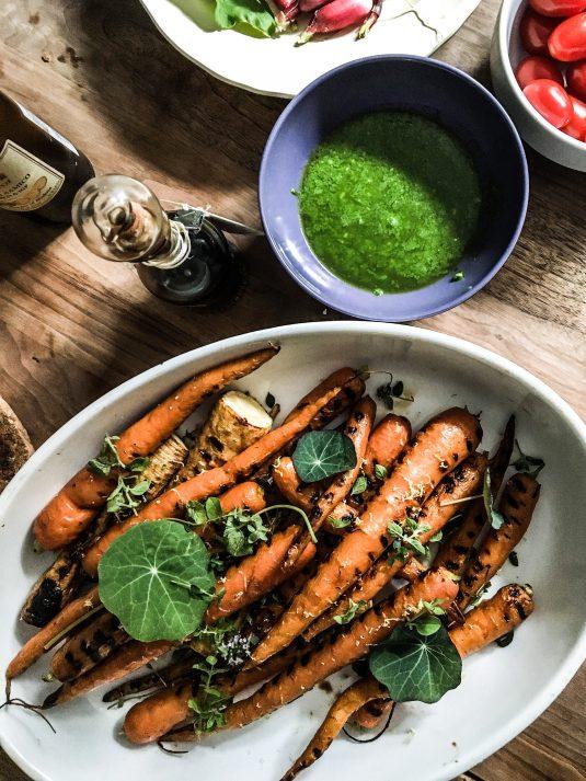 grillede gulerødder med pesto - Mikkel Bækgaards Madblog