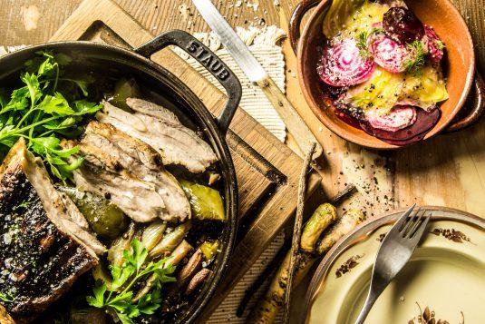 Svinebryst med belugalinser, lakrids og og rødbedesalat