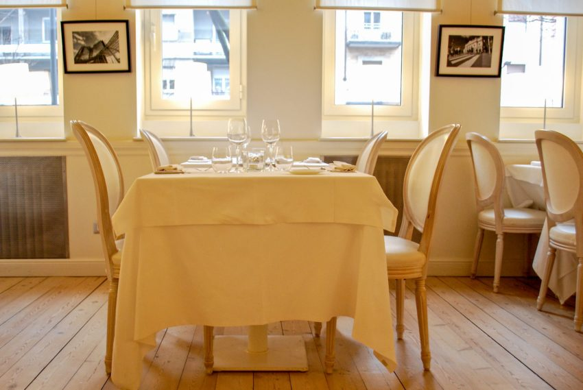 Gli eleganti tavoli del ristorante Olei