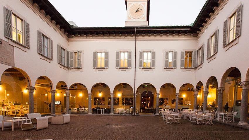 Il Chiostro Nina Vinchi con il Caffè Letterario del Piccolo Teatro Grassi - credits: Piccolo Teatro Milano