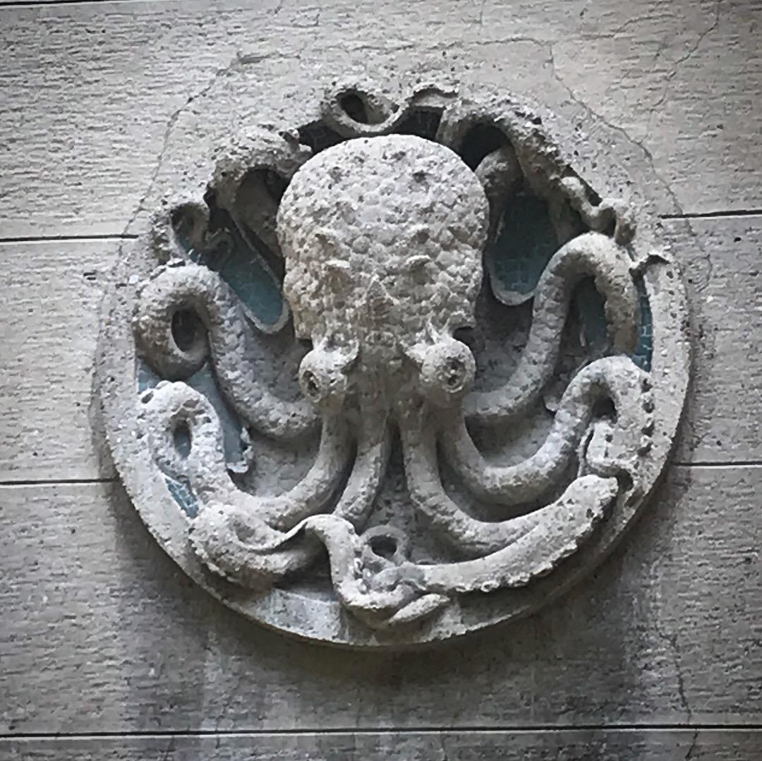 Decoro a forma di polipo sulla facciata dell'Acquario Civico di Milano