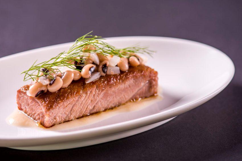 Ventresca di tonno arrostita con insalata di fagioli cipolla e origano, al Ristorante Niko Romito