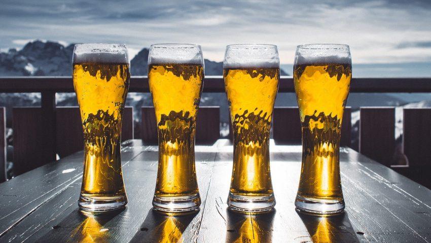 Una birra ghiacciata di fronte a un panorama glaciale