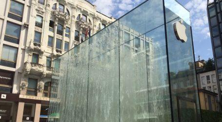 Tim Cook a sorpresa all'Apple Store di Milano