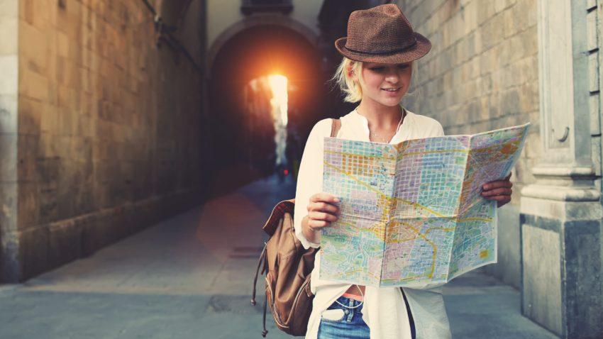Giovane viaggiatrice scopre posti nuovi