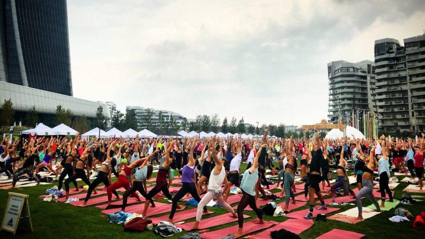 Lo yoga attira sempre più persone come è successo con Wanderlust 108 a Milano