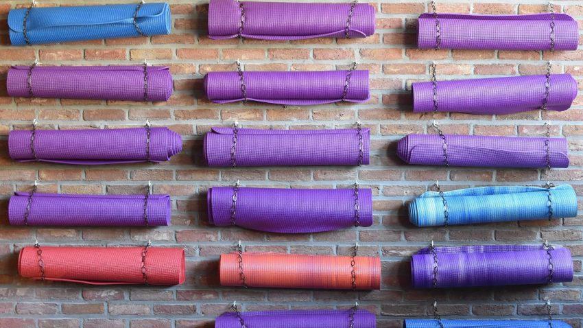 I tappetini sono l'unico attrezzo indispensabile per praticare yoga a qualsiasi livello