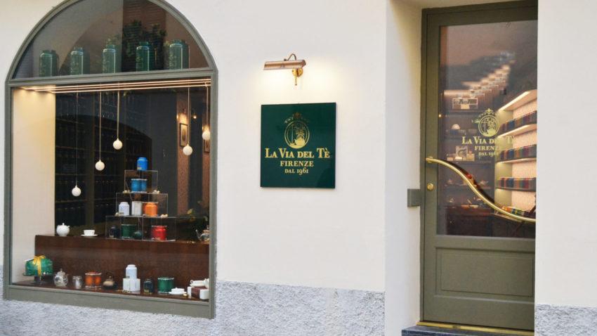 L'esterno del primo negozio di Milano de La Via del Tè