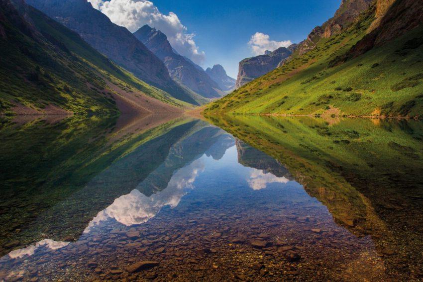 Il lago Köl-Tör, circondato da imponenti catene montuose, in kirghizistan