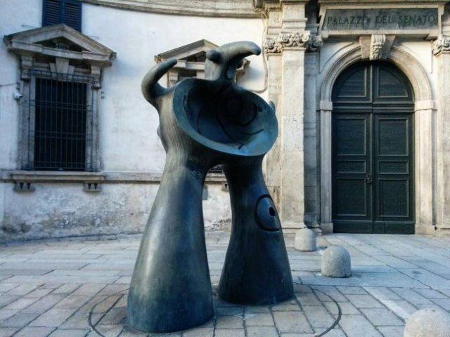 Милан, скульптура Миро'