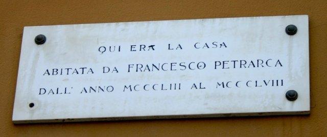 мемориальная табличка на доме Петрарки в Милане