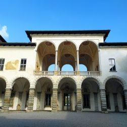 Вилла Арезе-Борромео, парадный двор и лоджия