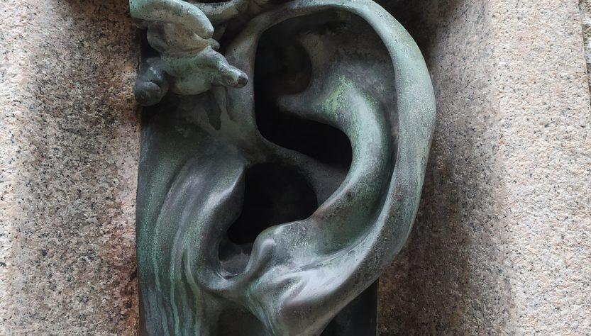Ухо Милана скульптура Вильдта