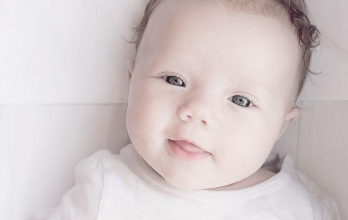 Baby weint beim Wickeln - zufriedenes Baby