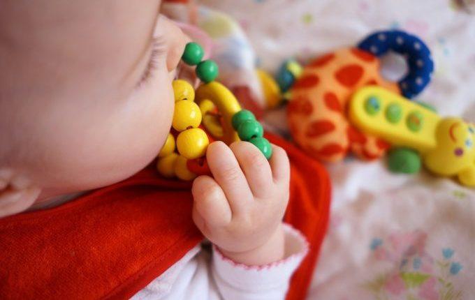 Mein Kind hat Soor - Kind mit Spielzeug im Mund