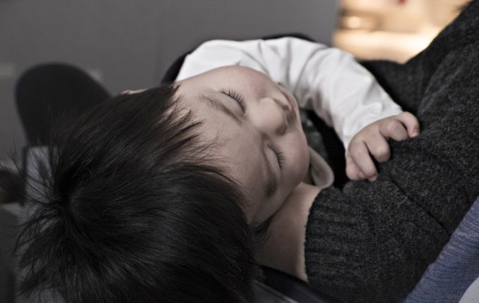 Einmal Norovirus, bitte! - Kind schläft im Arm