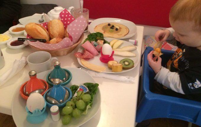 Kindercafé Driss im Wunderland - Tisch voller Essen