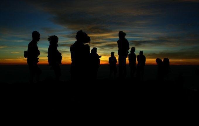 Dauerstillen oder auch Clusterfeeding - Gruppe im Sonnenuntergang
