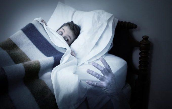 Kind hat Angst im Bett