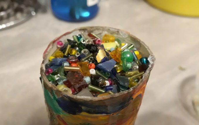 Kaleidoskop - mit Glasperlen und Glasscherben bedeckt