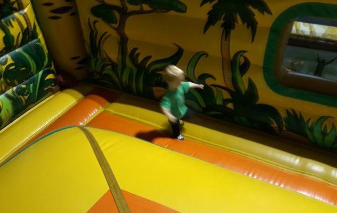 Tommys turbulente Tobewelt - Kind hüpft auf Hüpfeburg