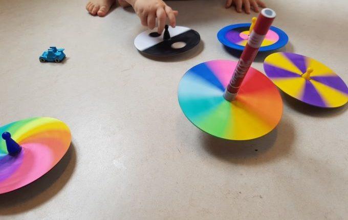Kind dreht bunte Farbkreisel