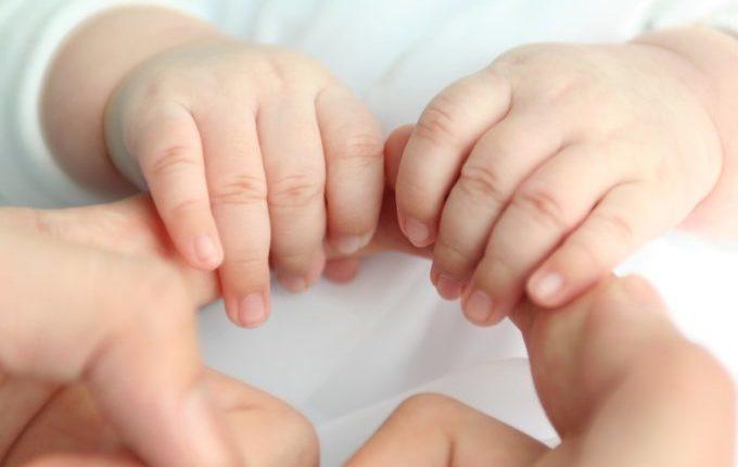 Babyhände halten große Hände