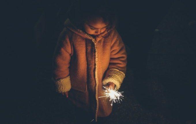 Kind hält Wunderkerze