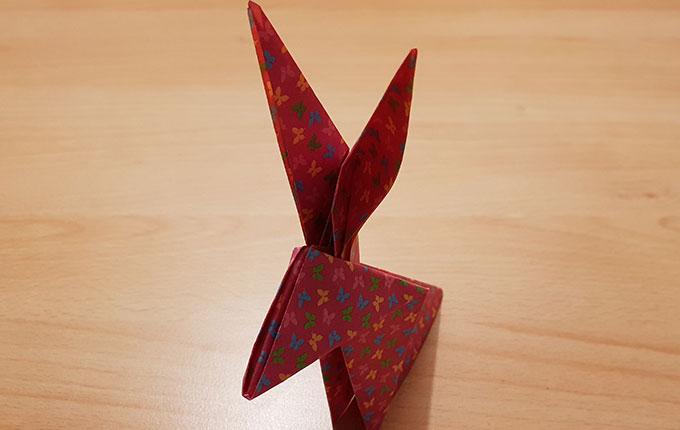 Origamihase mit aufgestellten Ohren
