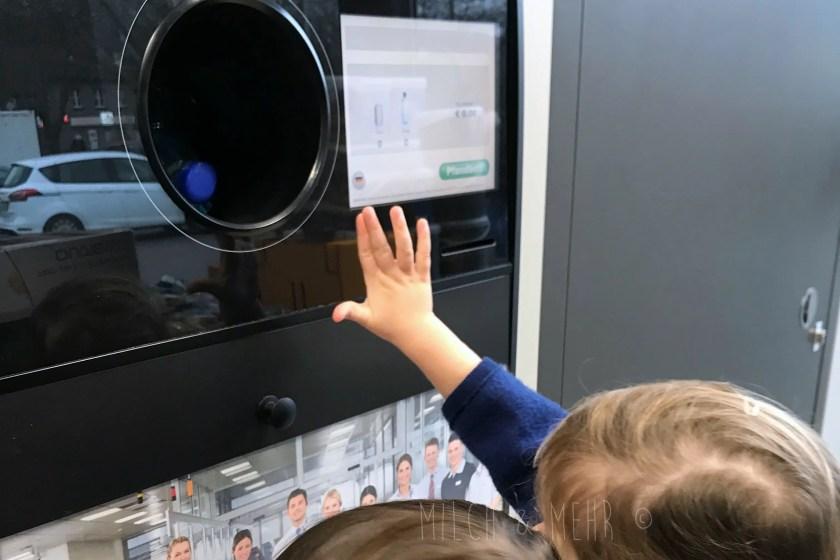 Kleinkinder lernen im Supermarkt fuers Leben